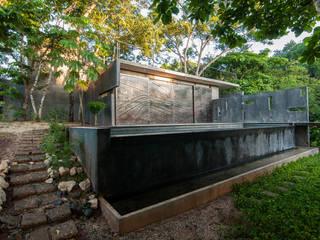 Pool Haus mit Aussen Küche Moderne Pools von Ecologic City Garden - Paul Marie Creation Modern
