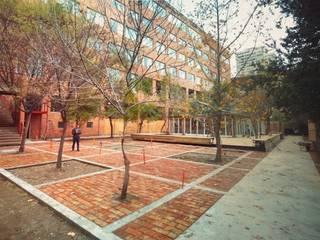 Remodelacion Patio Fac de Arquitectura Universidad Central Balcones y terrazas modernos de C - Arq Moderno