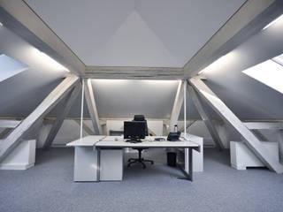 Transformation de combles, Palais de Justice, Sion (Suisse) Espaces de bureaux modernes par François MEYER ARCHITECTURE Moderne