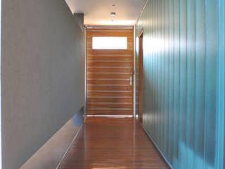 CASA BE: Pasillos y recibidores de estilo  por PARAMENTO