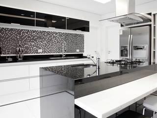 Cozinha bancada gourmet: Cozinhas  por MONICA SPADA DURANTE ARQUITETURA