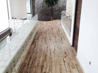 Piso de madera de ENCINO: Pasillos y recibidores de estilo  por Noek Pisos de Madera y Carpintería