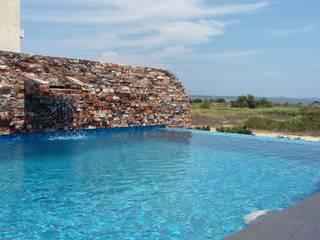 CASA 21: Albercas de estilo  por Maref Arquitectos, Tropical
