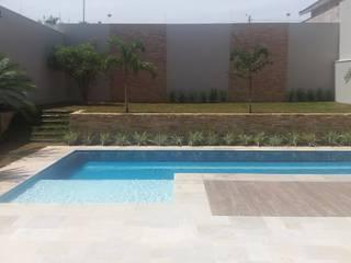 Carla Monteiro Arquitetura e Interiores Tropical style garden