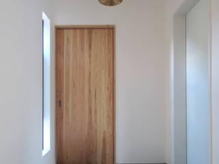明日香の家: アトリエモノゴト 一級建築士事務所が手掛けた廊下 & 玄関です。,