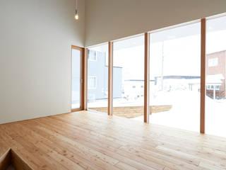 やじるしの家: アトリエモノゴト 一級建築士事務所が手掛けたサンルームです。,