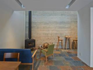 神社山の家: アトリエモノゴト 一級建築士事務所が手掛けたリビングです。
