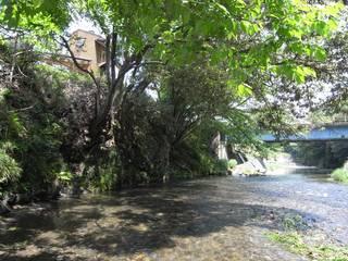 川と共に暮らす 高麗川沿いの家: (株)独楽蔵 KOMAGURAが手掛けた家です。