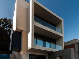 Casa na encosta do Monte Santa Luzia em Viana do Castelo: Casas  por Valdemar Coutinho Arquitectos,Moderno