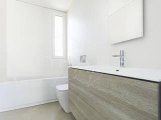 Baño con bañera Baños modernos de Casas inHAUS Moderno Cerámico