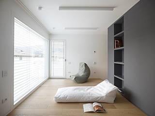 edificio unifamiliare BL: Soggiorno in stile in stile Minimalista di Burnazzi  Feltrin  Architects