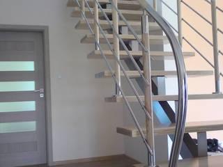 Schody Belkowe na stalowej konstrukcji : styl , w kategorii Korytarz, przedpokój zaprojektowany przez Roble