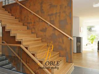 Schody dywanowe: styl , w kategorii Korytarz, przedpokój zaprojektowany przez Roble