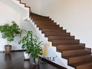 Schody dywanowe na beton: styl , w kategorii Korytarz, przedpokój zaprojektowany przez Roble