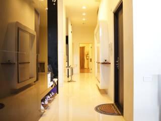 Pasillos, vestíbulos y escaleras modernos de 欣成室內裝修設計股份有限公司 Moderno