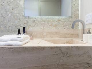 SOFISTICAÇÃO E SIMPLICIDADE NO BANHEIRO: Banheiros  por MC3 ARQUITETURA . PAISAGISMO . INTERIORES,Clássico