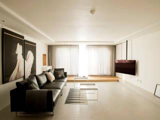 아파트 속 모던갤러리를 꿈꾼다. 래미안위브 47평 인테리어: (주)바오미다의  거실