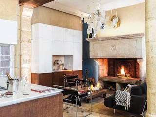 Salas / recibidores de estilo  por LA CUISINE DANS LE BAIN SK CONCEPT