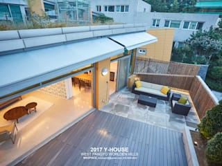Modern style balcony, porch & terrace by 건축일상 Modern