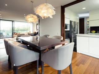 Modern dining room by Munera y Molina Modern