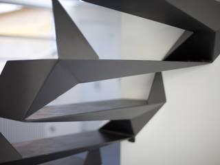Attico a roma . un loft distribuito su 3 livelli nel cuore di trastevere: Ingresso & Corridoio in stile  di Schiavello Architects Office