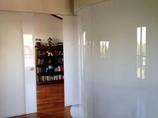 Attico A Roma con pareti vetrate curve e aperture irregolari: Stanza dei bambini in stile  di Schiavello Architects Office