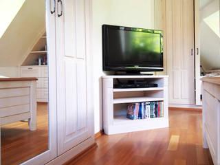 Fernsehmöbel: modern  von Schädlich Möbeldesign GmbH & Co. KG,Modern
