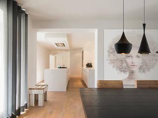 Comedores de estilo  de SVDK interieurarchitecte(n), Moderno