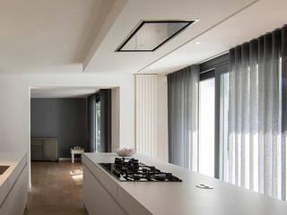 Cocinas de estilo  de SVDK interieurarchitecte(n), Moderno