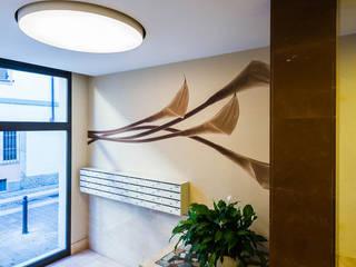 CALLA | ATRIO CONDOMINIALE Ingresso, Corridoio & Scale in stile moderno di ADIdesign* studio Moderno
