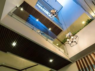 Biệt thự phố Mrs. Thúy Nga. Đường Lê Đại Hành. Nhiếp ảnh: Quang Dam:  Hành lang by Cty TNHH MTV Kiến trúc, Xây dựng Phạm Phú & Cộng sự - P+P Architects