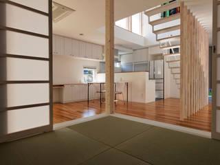 Phòng giải trí phong cách hiện đại bởi 前田篤伸建築都市設計事務所 Hiện đại