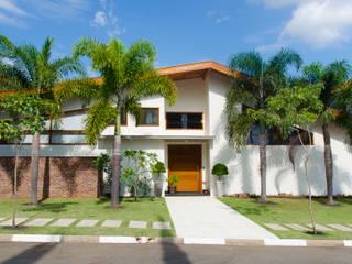 Tropical style houses by Flavio Vila Nova Arquitetura Tropical