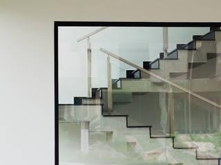 Pasillos, vestíbulos y escaleras modernos de Flavio Vila Nova Arquitetura Moderno