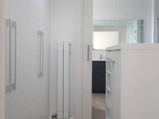 Vestidor lacado blanco con isla central de Visaespais, reformas y rehabilitaciones en Tarragona Moderno