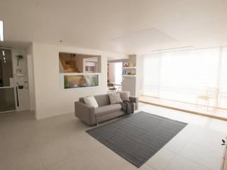 가족의 행복한 추억을 담다_분당 복층아파트 리모델링: (주)바오미다의  거실
