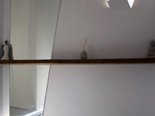 Minimalist corridor, hallway & stairs by A2pa Minimalist