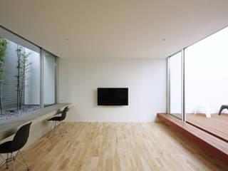 Living room by 空間建築-傳 一級建築士事務所