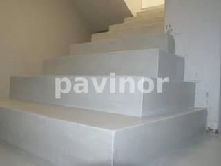 Escaleras microcemento gris claro: Pasillos y vestíbulos de estilo  de Pavinor