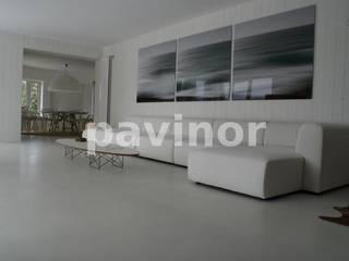 Salón microcemento gris claro: Salones de estilo  de Pavinor