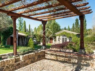 Casa rural de lujo con instalaciones ecuestres en venta en Baix Empordà:  de estilo  de Lucas Fox