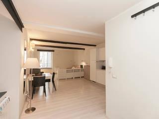 soggiorno open space : Soggiorno in stile  di Cambio Stanza di mara bernardi
