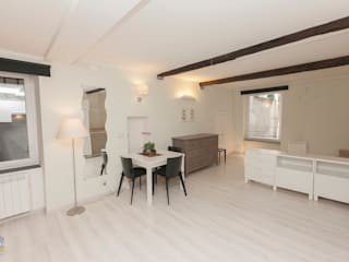 monolocale white&wood : Soggiorno in stile  di Cambio Stanza di mara bernardi