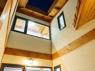 바깥에서 본 복도: 한다움건설의  목조 주택