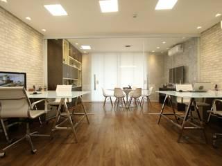 Edificios de oficinas de estilo moderno de Serra Vaz Arquitetura e Design de Interiores Moderno