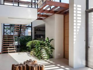 Pasillos, vestíbulos y escaleras modernos de Ruschel Arquitetura e Urbanismo Moderno