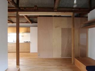 ツギキハウス: amp / アンプ建築設計事務所が手掛けたリビングです。