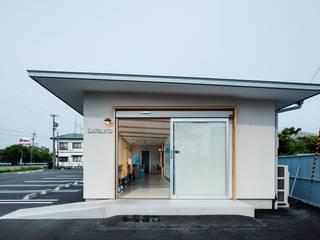 LAVANO高塚店: amp / アンプ建築設計事務所が手掛けた商業空間です。