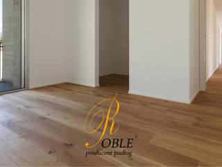Podłoga z desek dębowych: styl , w kategorii Salon zaprojektowany przez Roble