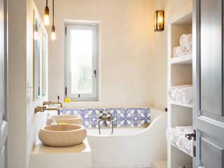 CASA DI CAMPAGNA: Bagno in stile  di architetto stefano ghiretti